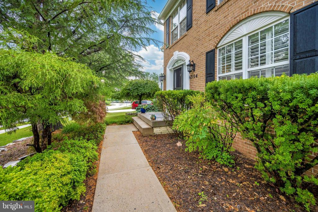 Path leading from driveway to front door - 6304 SPRING FOREST RD, FREDERICK