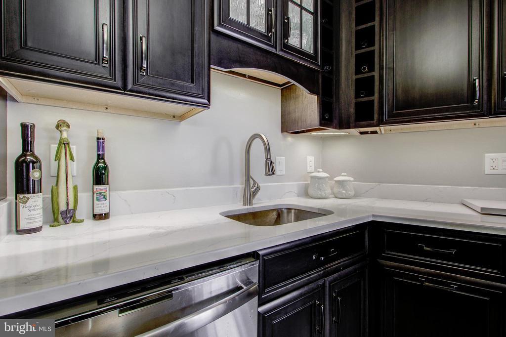 Kitchen - Quartz Counter-tops and Back-splash! - 5904 MOUNT EAGLE DR #504, ALEXANDRIA