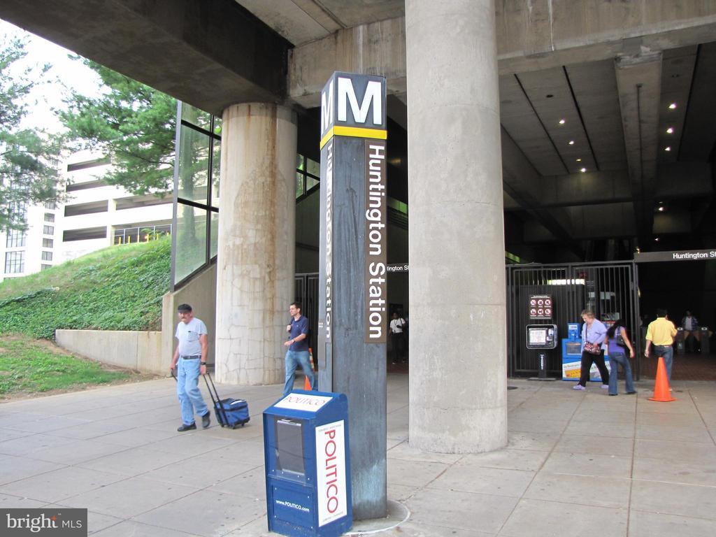 Free Shuttle Bus or 5 Minute Walk to Metro! - 5904 MOUNT EAGLE DR #504, ALEXANDRIA