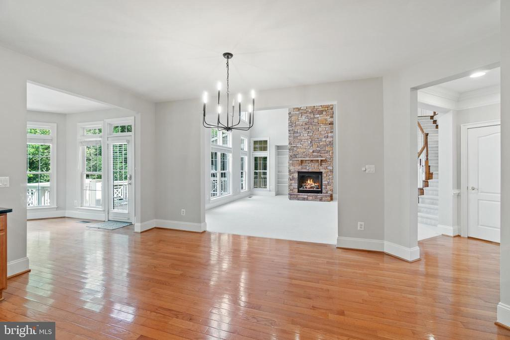 Large breakfast room right off family room - 43409 RIVERPOINT DR, LEESBURG