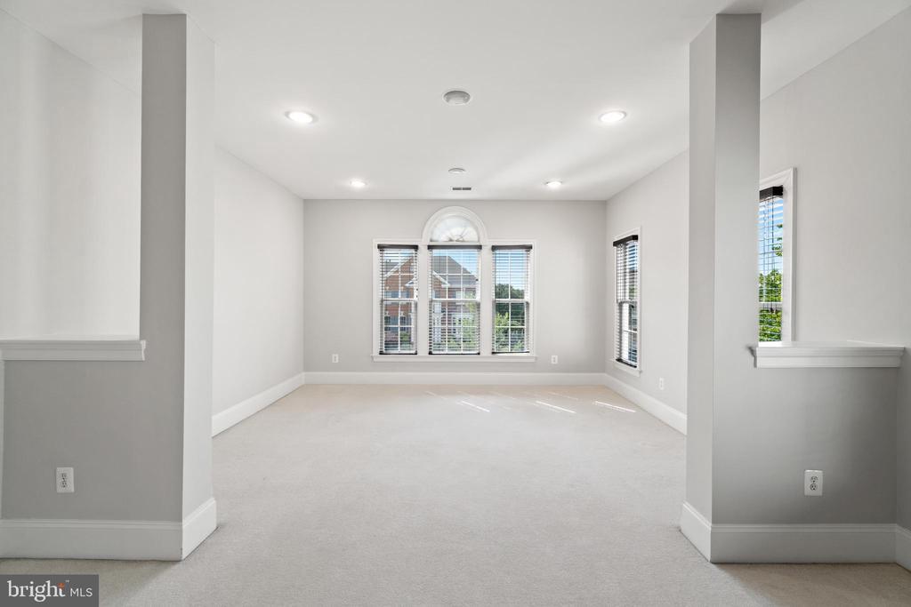 Enormous primary bedroom w/huge sitting room - 43409 RIVERPOINT DR, LEESBURG