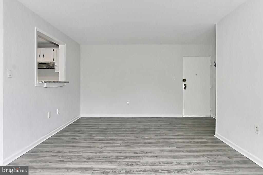 Enter into the foyer, opens into living space - 6137 LEESBURG PIKE #602, FALLS CHURCH