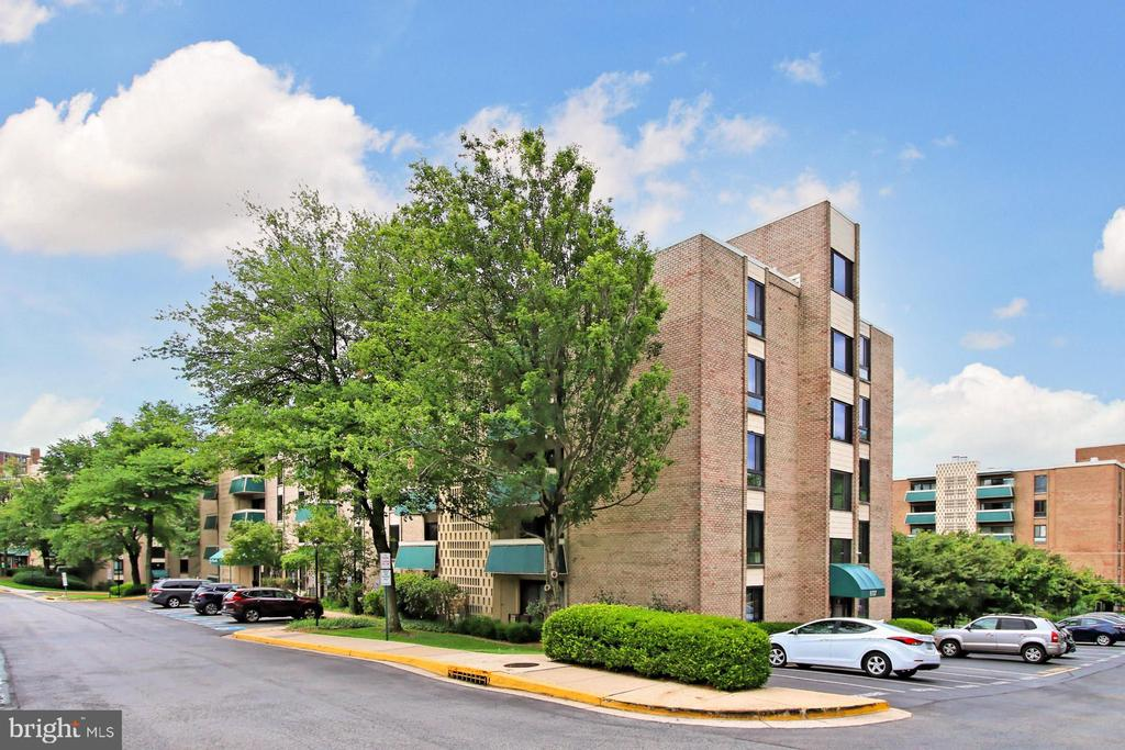 Penthouse corner unit with balcony - 6137 LEESBURG PIKE #602, FALLS CHURCH