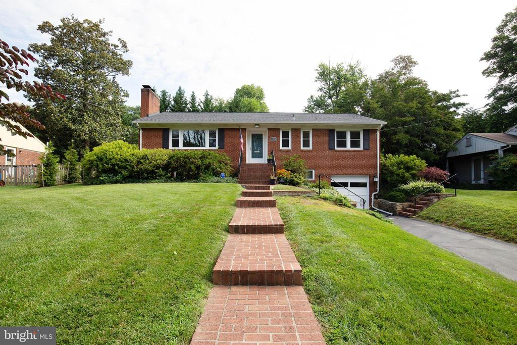 Welcome home to 7324 Pinecastle Rd! - 7324 PINECASTLE RD, FALLS CHURCH