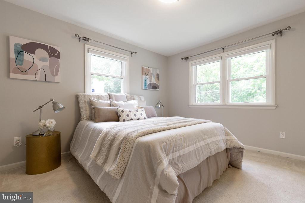Primary bedroom with tons of natural light - 7324 PINECASTLE RD, FALLS CHURCH