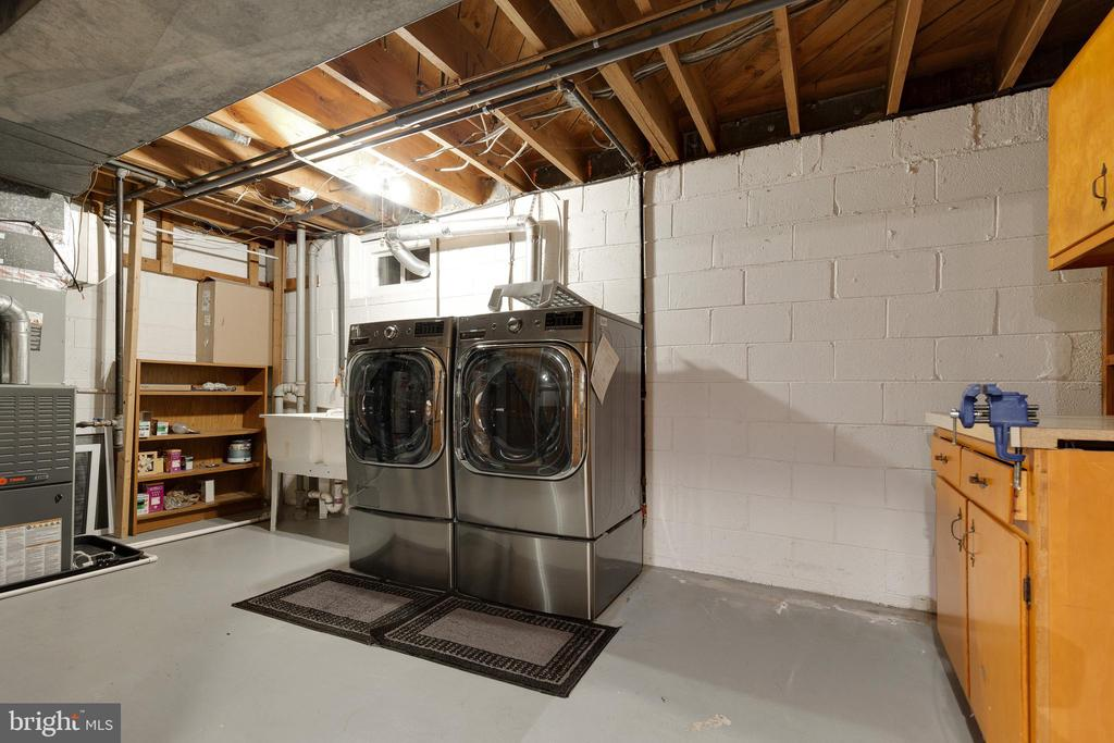 Huge high-efficiency washer and dryer - 7324 PINECASTLE RD, FALLS CHURCH