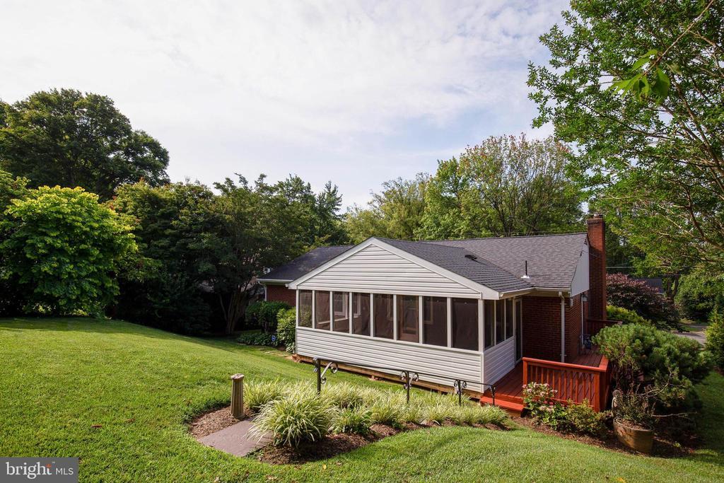 Professionally landscaped backyard - 7324 PINECASTLE RD, FALLS CHURCH