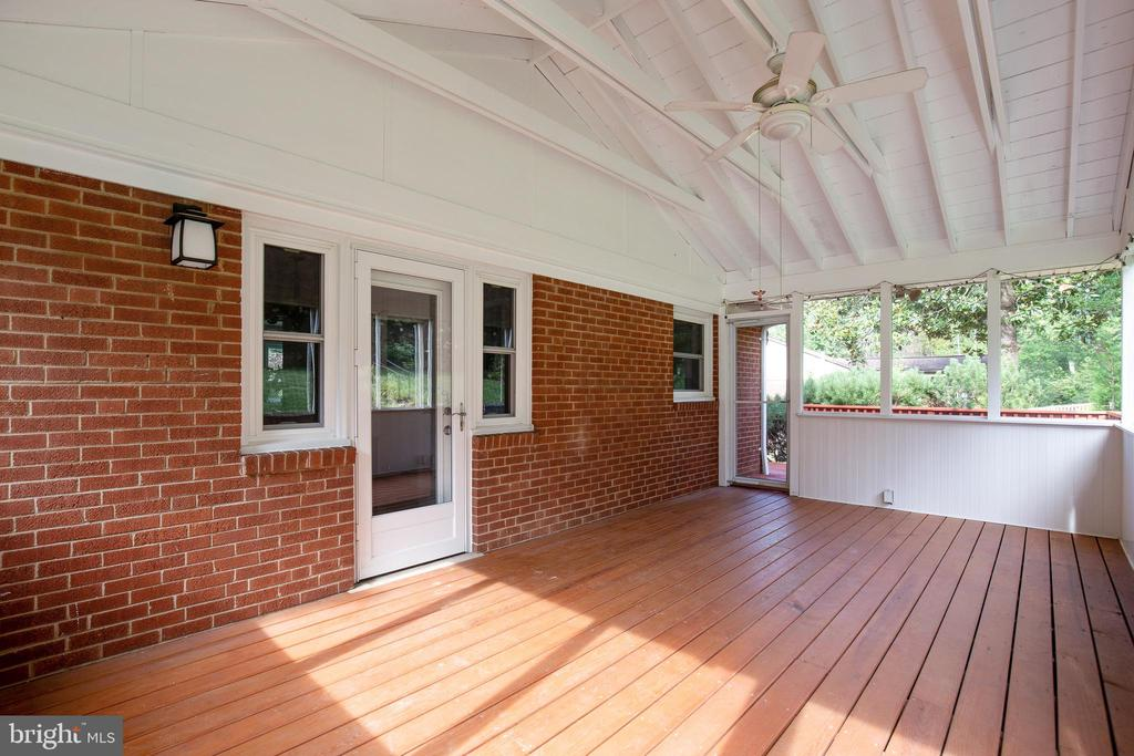HUGE screened in porch - 7324 PINECASTLE RD, FALLS CHURCH