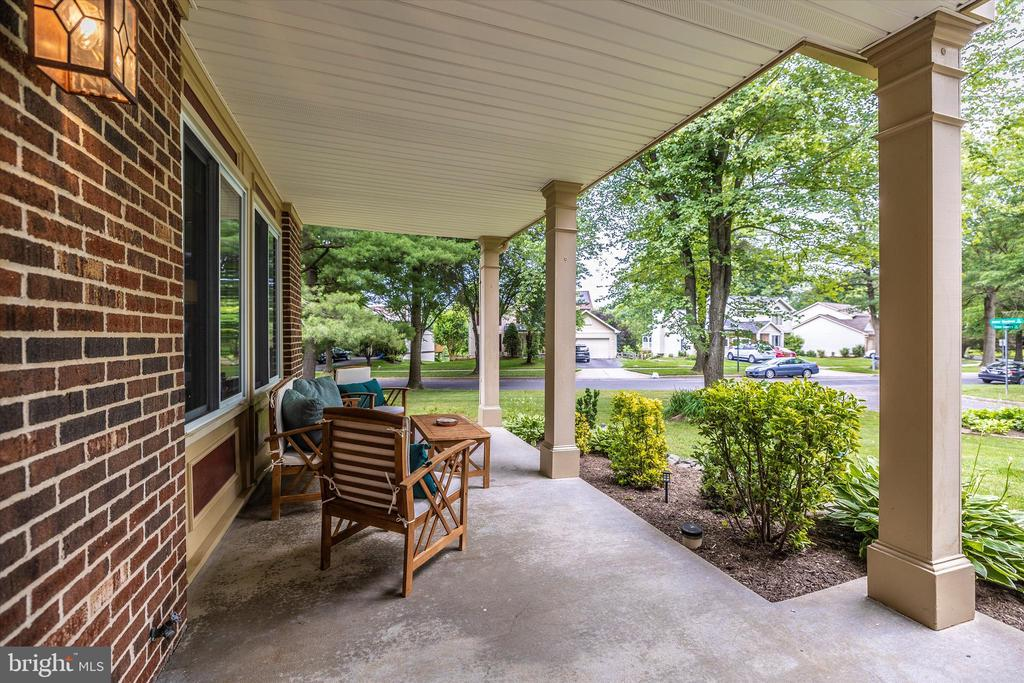 Covered Front Porch - 18312 AMBER MEADOWS CT, GAITHERSBURG