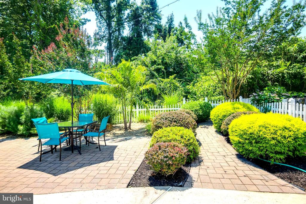 Exceptional amount of seating area around pool - 8305 VENTNOR RD, PASADENA
