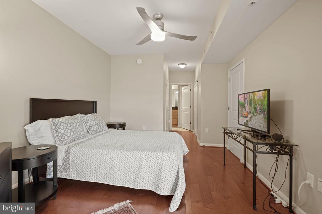 Master Bedroom w/ ceiling fan - 1021 N GARFIELD ST #731, ARLINGTON