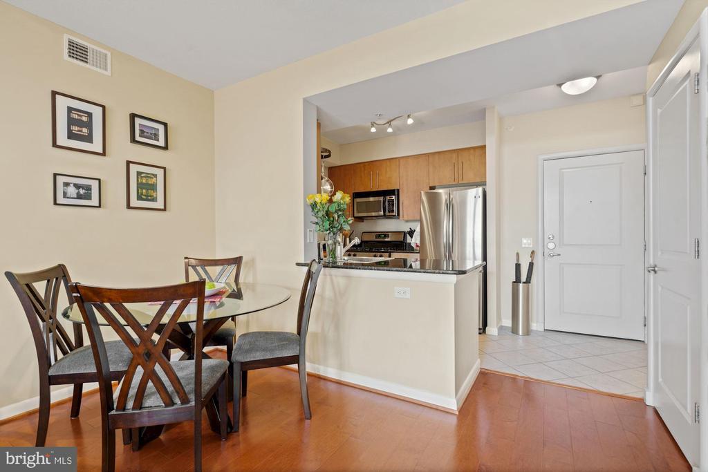 Dining area. - 1021 N GARFIELD ST #731, ARLINGTON