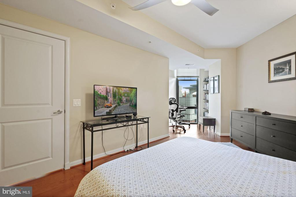 Spacious Master Bedroom - 1021 N GARFIELD ST #731, ARLINGTON