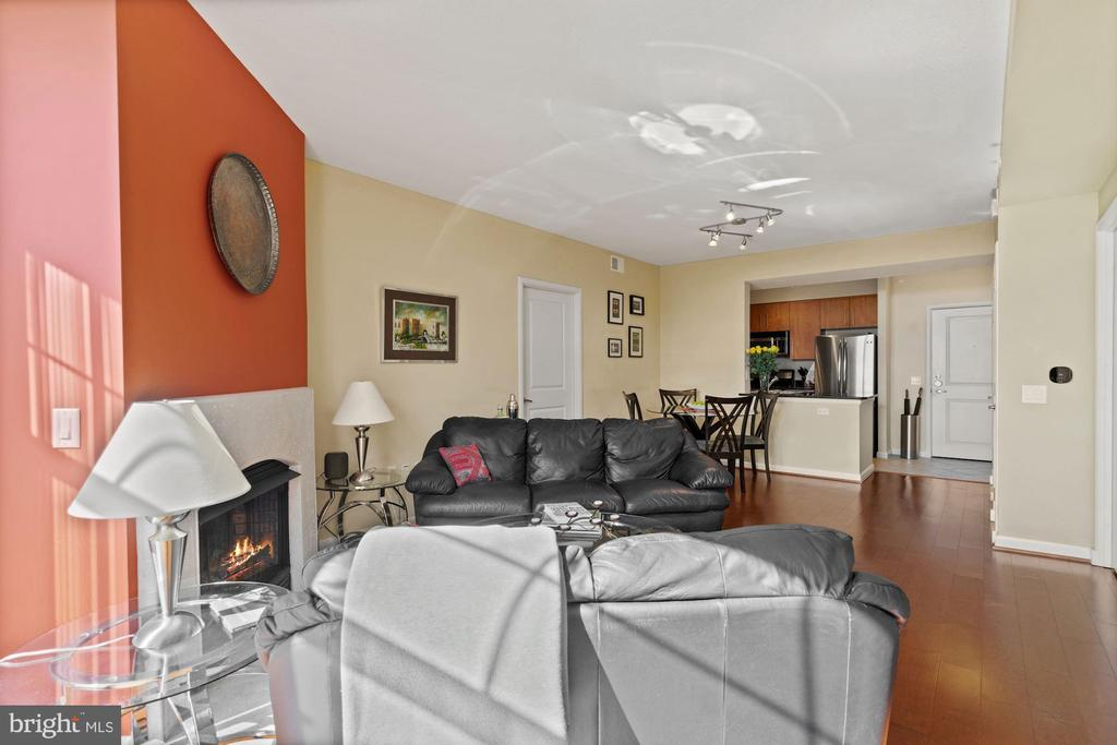 Living room with view towards kitchen. - 1021 N GARFIELD ST #731, ARLINGTON