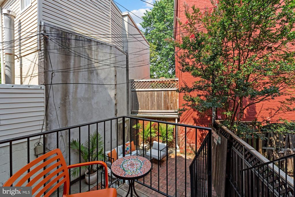 Ipe wood deck off kitchen leads to patio - 1838 VERMONT AVE NW, WASHINGTON