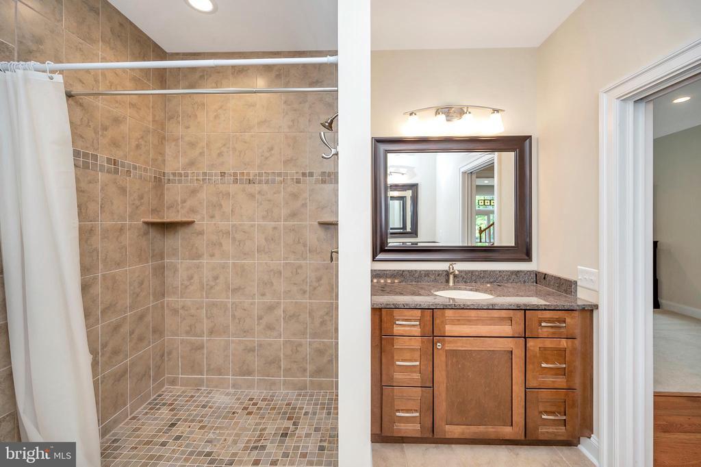 custom walk in shower - 108 BEACHSIDE CV, LOCUST GROVE