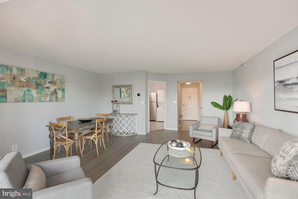 Spacious living and dining area - 1600 N OAK ST #624, ARLINGTON