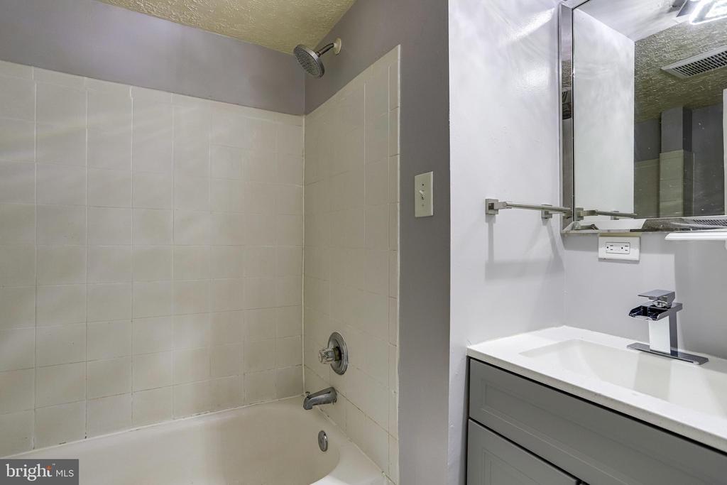 Basement Full bath - 4005 LAKE BLVD, ANNANDALE