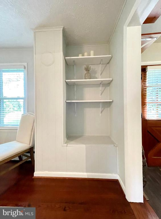Dining room built-in shelves - 410 S NURSERY AVE, PURCELLVILLE