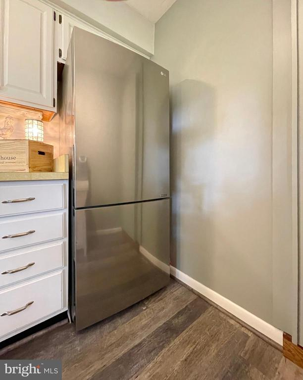 Stainless steel refrigerator - 410 S NURSERY AVE, PURCELLVILLE