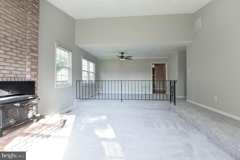 Living room with step-up dining room - 509 VALLEY VIEW AVE SW, LEESBURG