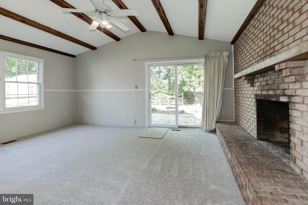 Vaulted ceiling in family room - 509 VALLEY VIEW AVE SW, LEESBURG