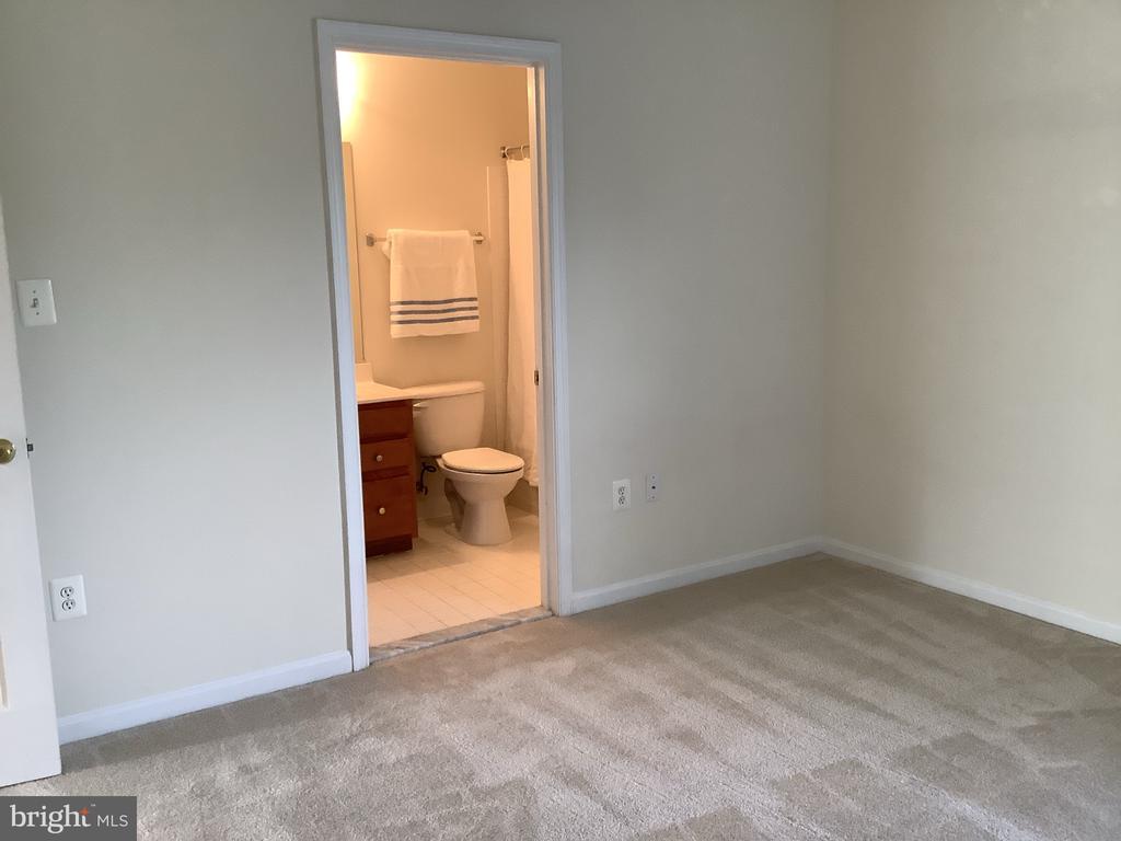 Bedroom #4 with En-suite Full Bath - 22554 FOREST RUN DR, ASHBURN