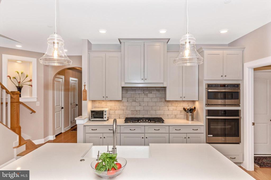 Gas cooktop with exterior vented range hood - 3835 FULHAM RD, FREDERICK