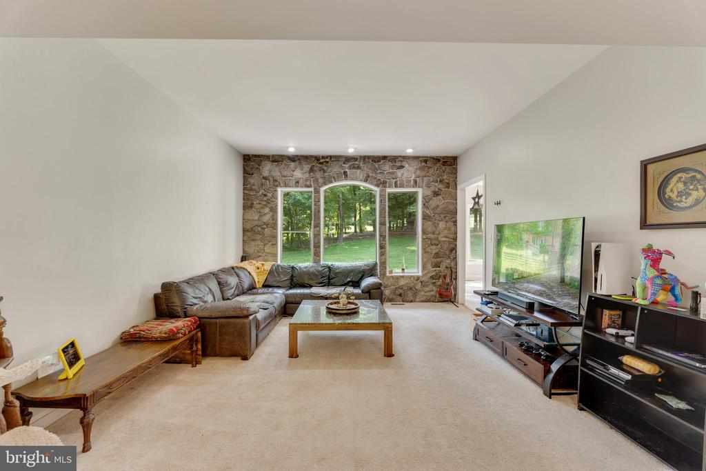 Living room adds even more entertaining space - 4346 BASFORD RD, FREDERICK