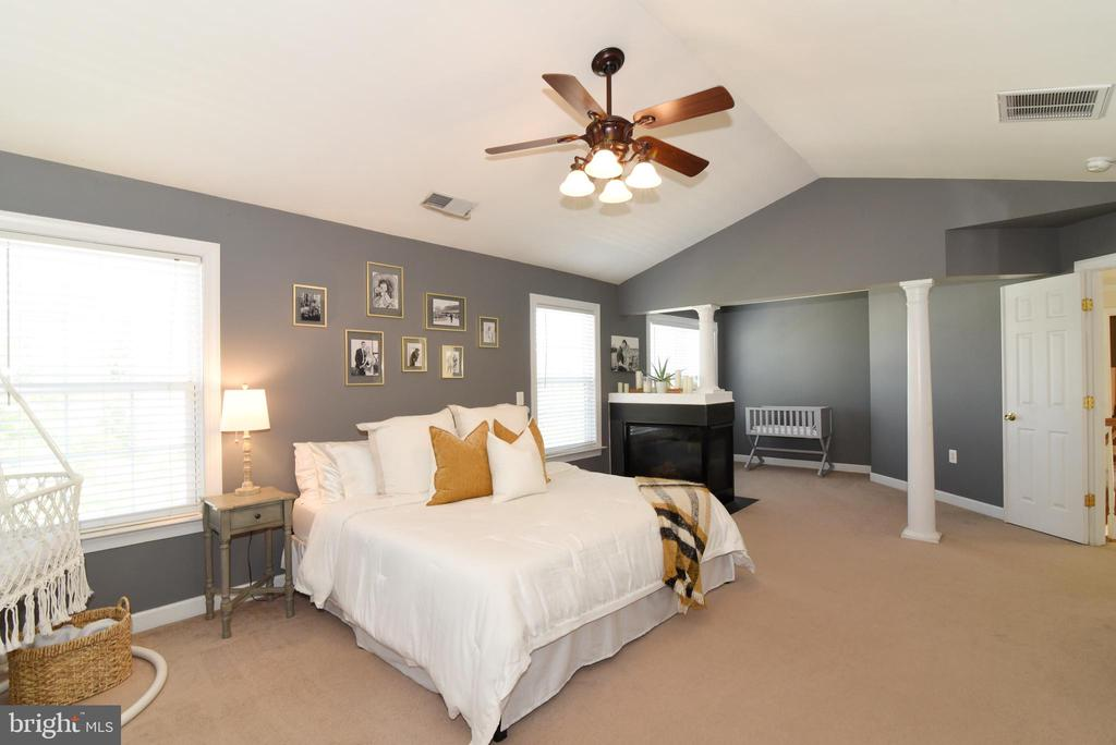 Owners bedrooms with fireplace #3 and sitting room - 43298 HEATHER LEIGH CT, ASHBURN