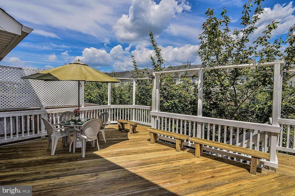 Huge deck with seating - 25506 CROSSFIELD DR, CHANTILLY