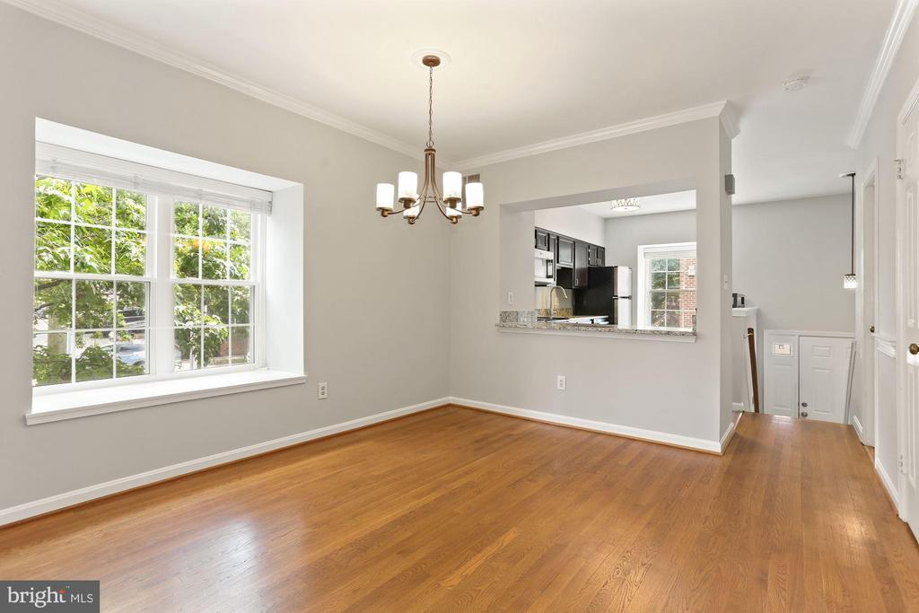 Open floor plan with dining space - 920 S ROLFE ST, ARLINGTON