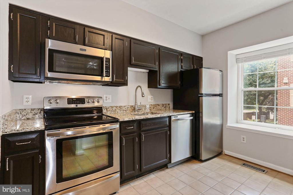 Kitchen has plenty of natural light - 920 S ROLFE ST, ARLINGTON