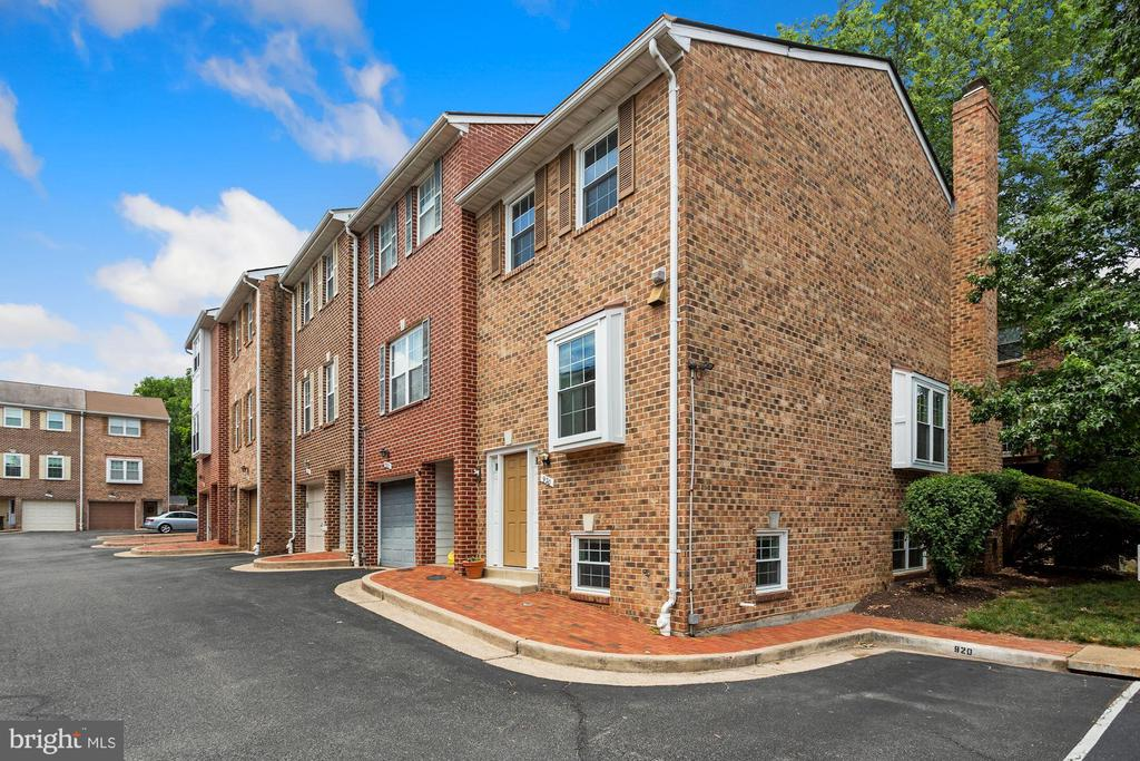 Located in convenient Columbia Square - 920 S ROLFE ST, ARLINGTON