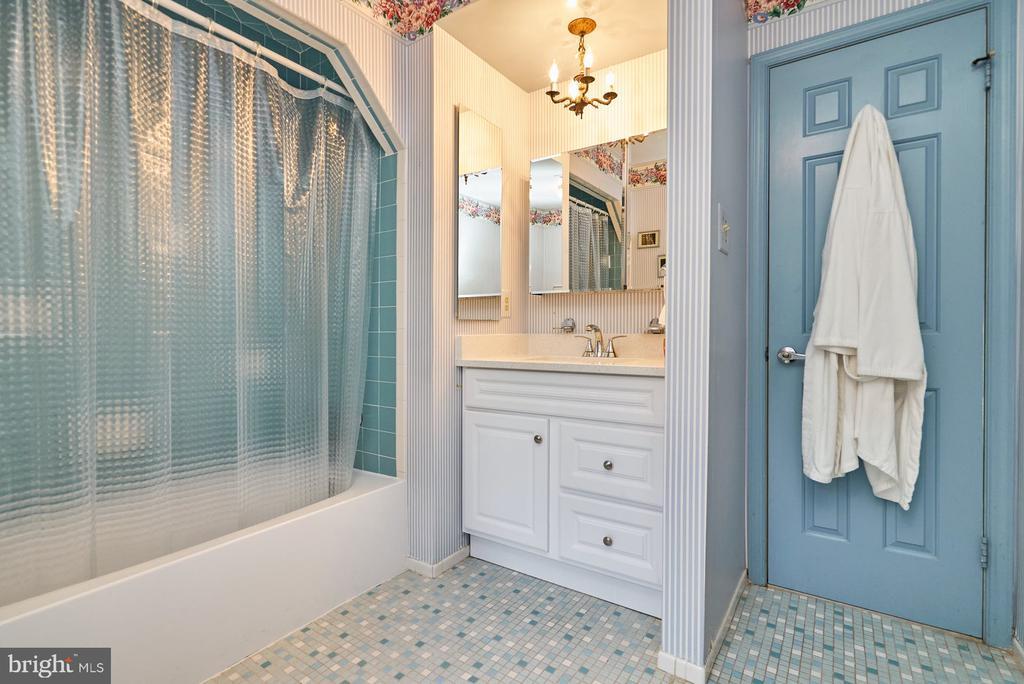 Hall Bathroom - 11902 HOLLY SPRING DR, GREAT FALLS