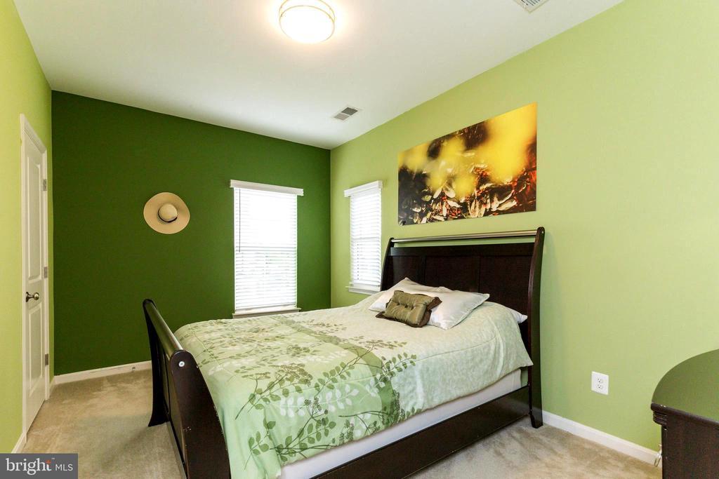 Upper lever bedroom - 23384 MORNING WALK DR, BRAMBLETON