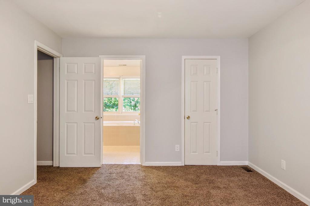 En suite bathroom and walk-in closet - 205 SAIL CV, STAFFORD