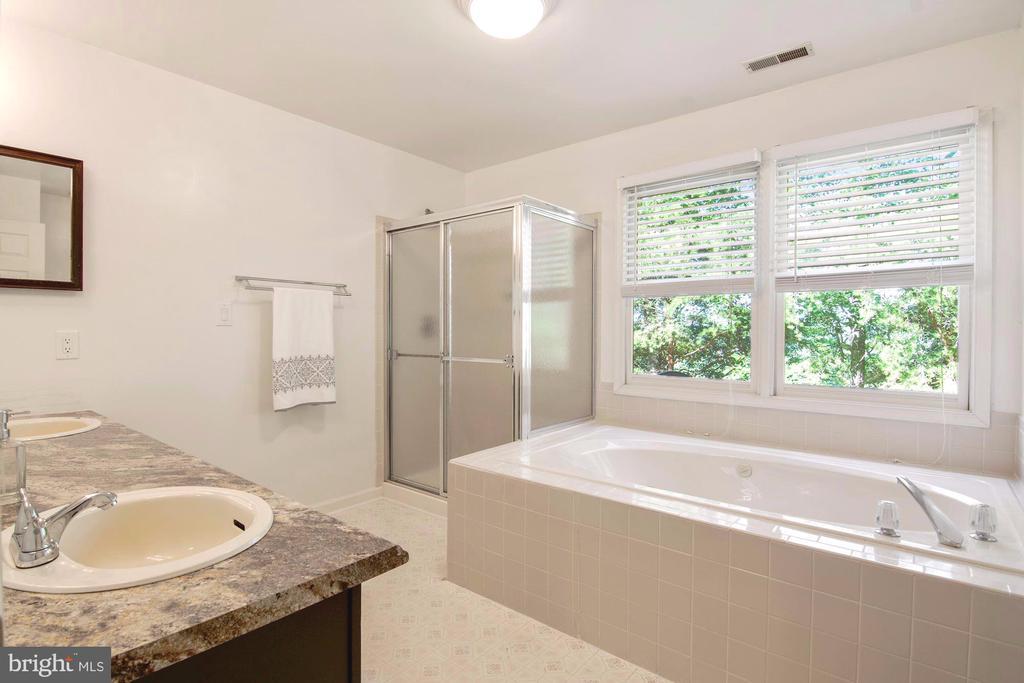 Large en suite bathroom - 205 SAIL CV, STAFFORD
