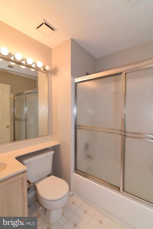 Hall bath - 44077 TIPPECANOE TER, ASHBURN