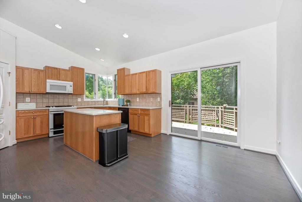 Fresh new kitchen counter tops - 9706 WOODLAKE PL, NEW MARKET