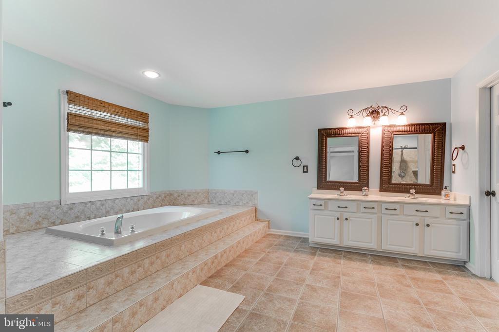 Master BA w/ double sink vanity and soaker tub. - 12113 SAWHILL BLVD, SPOTSYLVANIA