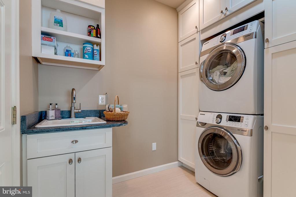 Main floor laundry with cabinets - 19909 HAMIL CIR, MONTGOMERY VILLAGE