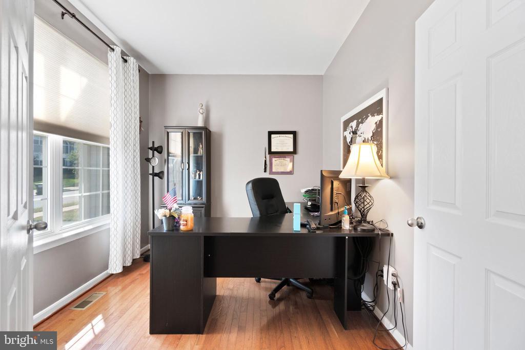 Oak hardwood floors on the main level - 97 SANCTUARY LN, STAFFORD