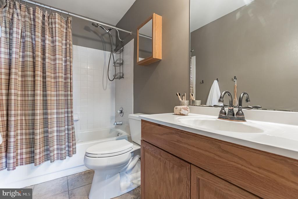 Upper level full bath - 14 JUSTIN CT, STAFFORD