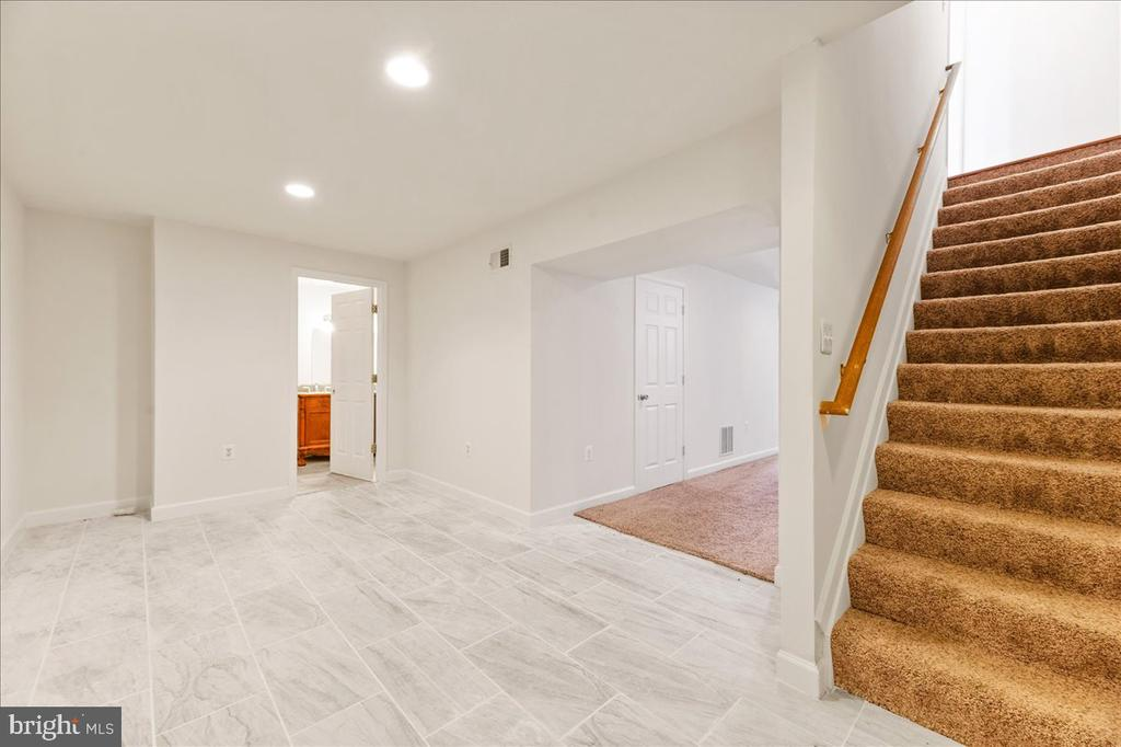 Fully finished Basement w/ kitchen room - 17510 LETHRIDGE CIR, ROUND HILL
