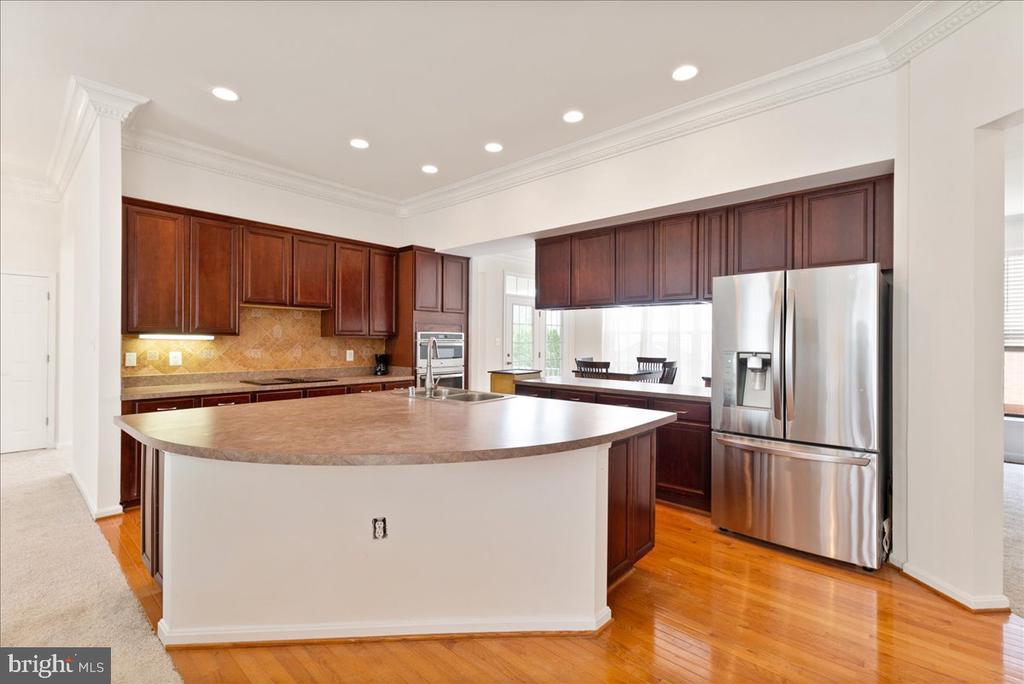 open concept kitchen - 17510 LETHRIDGE CIR, ROUND HILL
