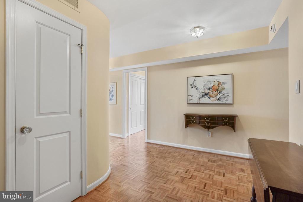Entry foyer with powder room - 1101 S ARLINGTON RIDGE RD #602, ARLINGTON