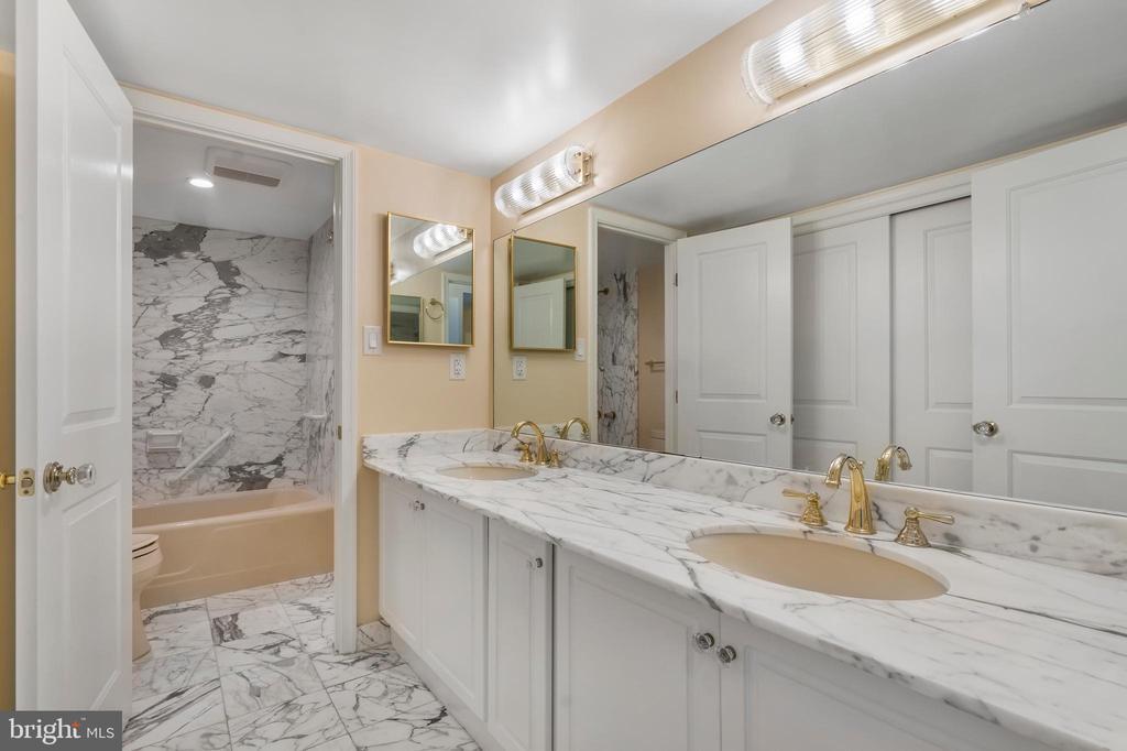 Primary suite bathroom - 1101 S ARLINGTON RIDGE RD #602, ARLINGTON