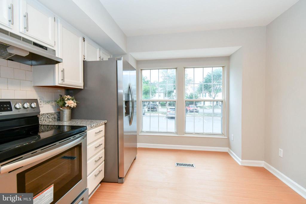 Updated kitchen and breakfast nook - 9530 BUTTONBUSH CT, MANASSAS