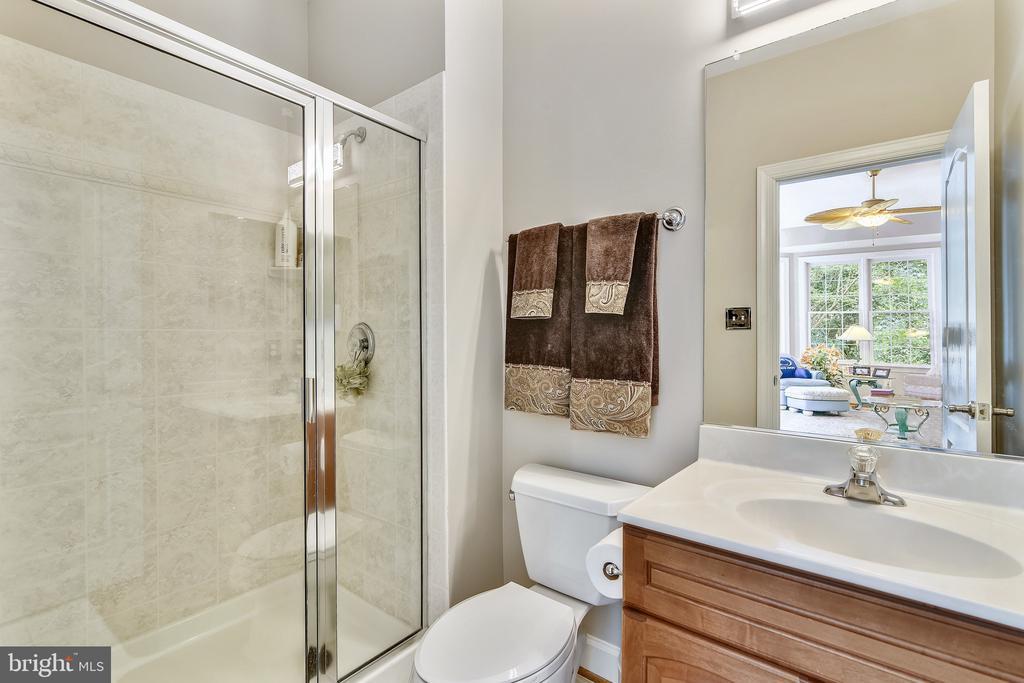 Main Level Full Bath - 18252 SHINNIECOCK HILLS PL, LEESBURG
